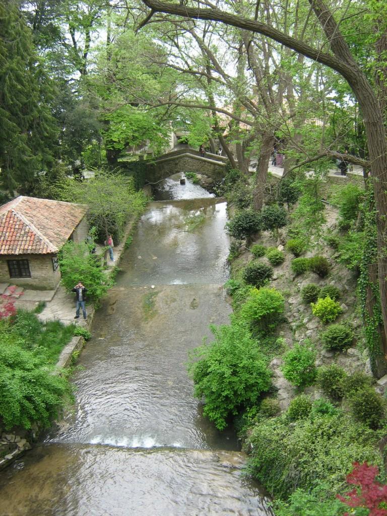 Водопадът от друг ъгъл и мостът на въздишките в дъното