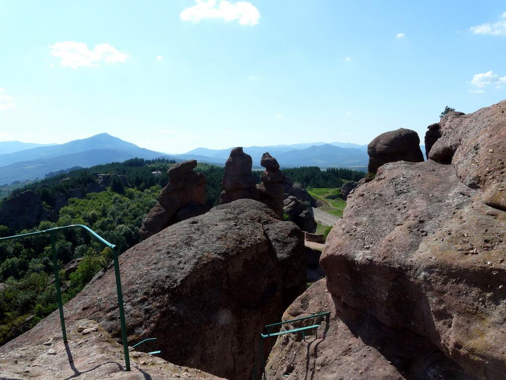 Гледка от високо към скалите