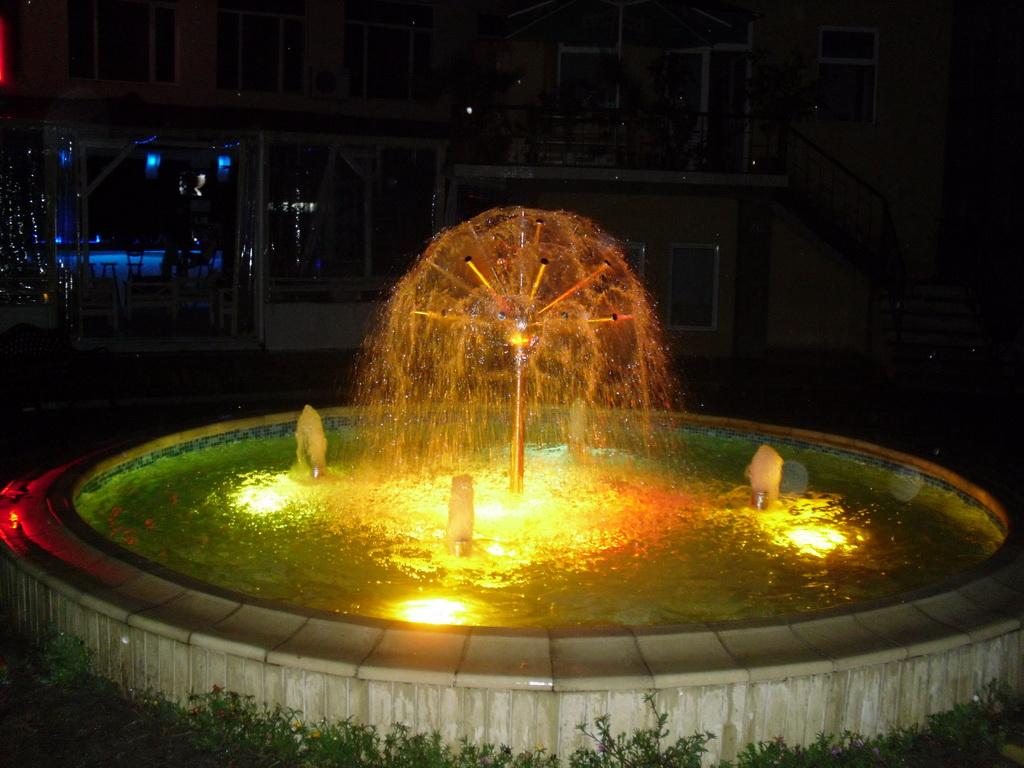 Фонтан в центъра на Черномерец