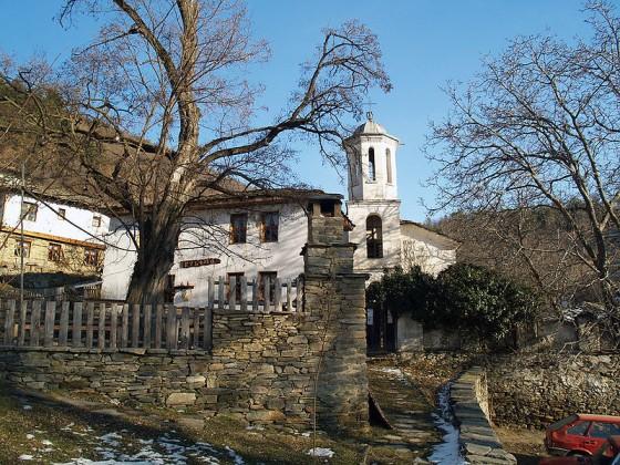 Църквата и Училището в Лещен