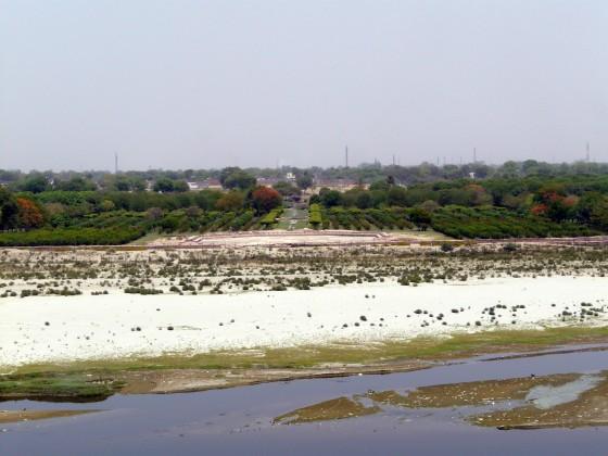 Основите на черния Тадж Махал зад река Ямуна