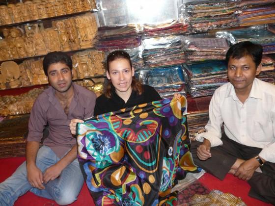Пазаруване на шалове в Индийски магазин