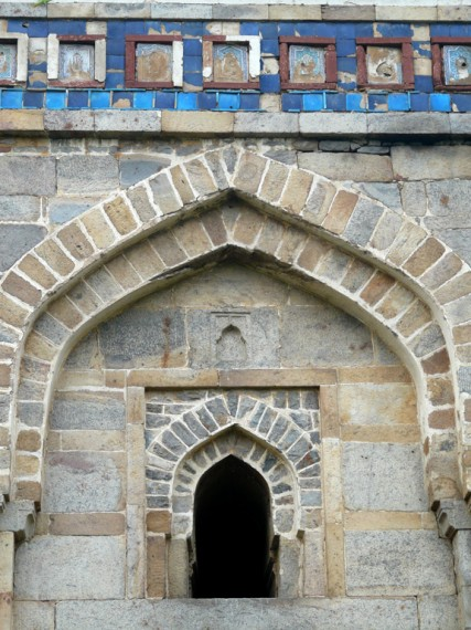 Нетипични за тази епоха сини орнаменти по гробницата