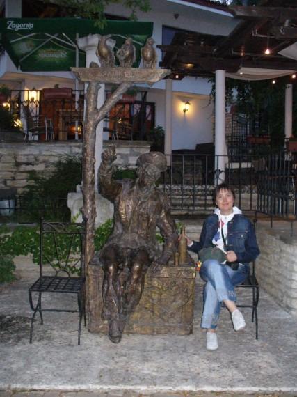 Снимка с интересна компания - статуя