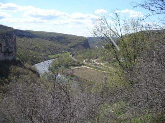 Скала, река, влак
