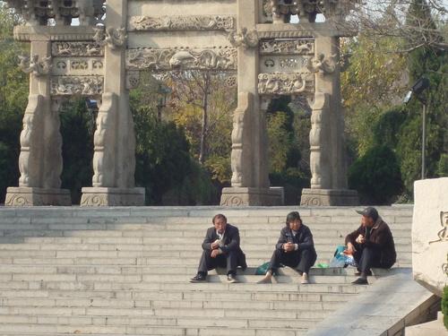 Почивка пред старата арка