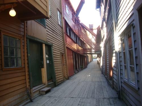 Уличка с дъсчена настилка