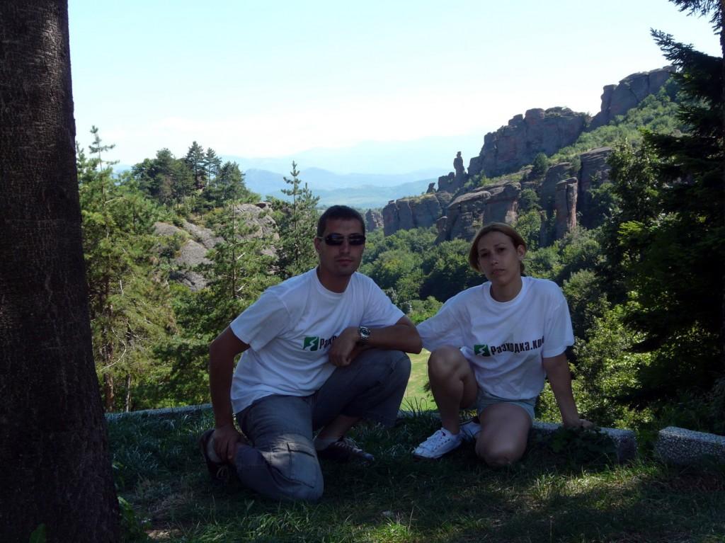Част от екипа на Razhodka.com и гледка към скалите