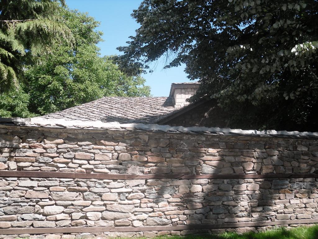 Оградата към църквата, в която са се укривали батачини по време на априлското възтание.