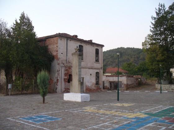 pametnik v centyra na selo Mandrica