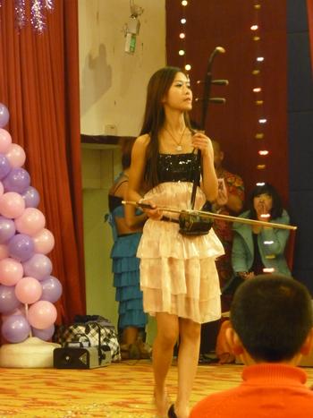 Изпълнителка на ърху по време на концерт